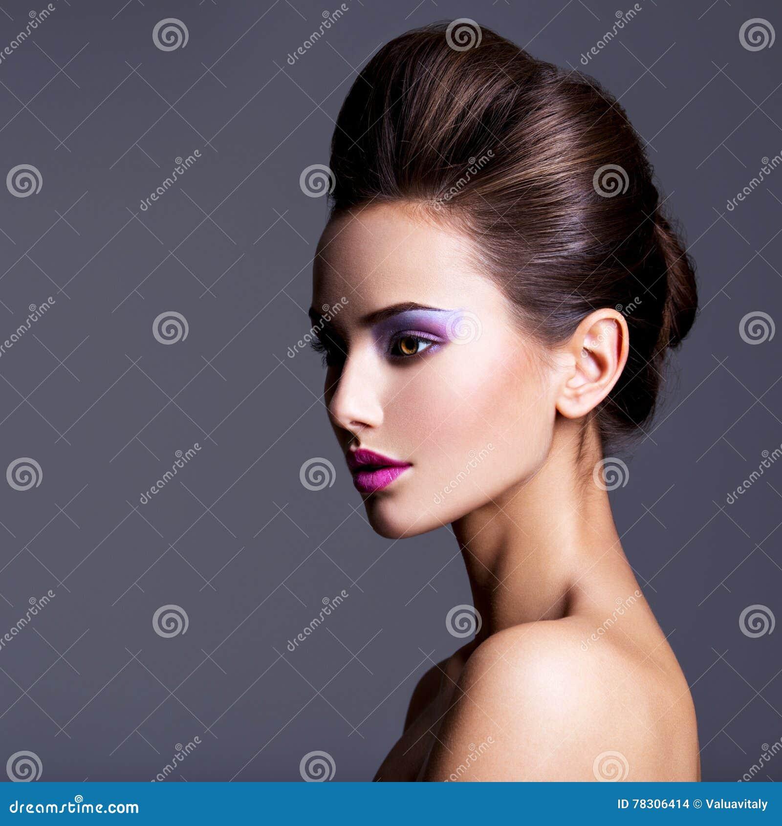 Dana ståenden av en härlig flicka med den idérika frisyren