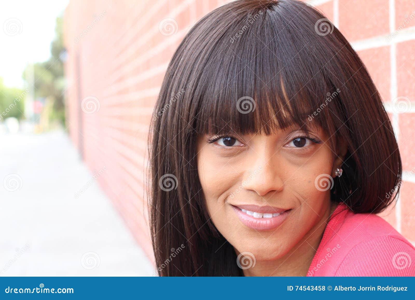 Dana ståenden av ungt härligt le för brunett