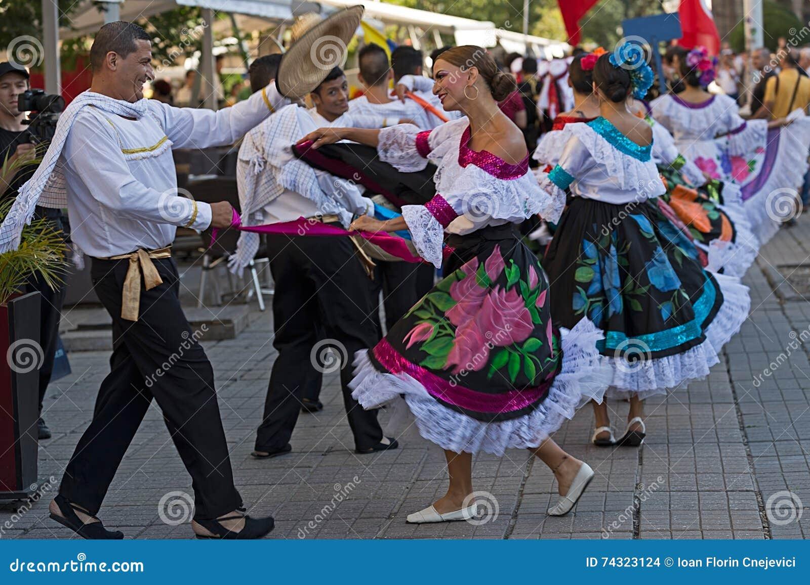 Dancesr från Colombia i traditionell dräkt