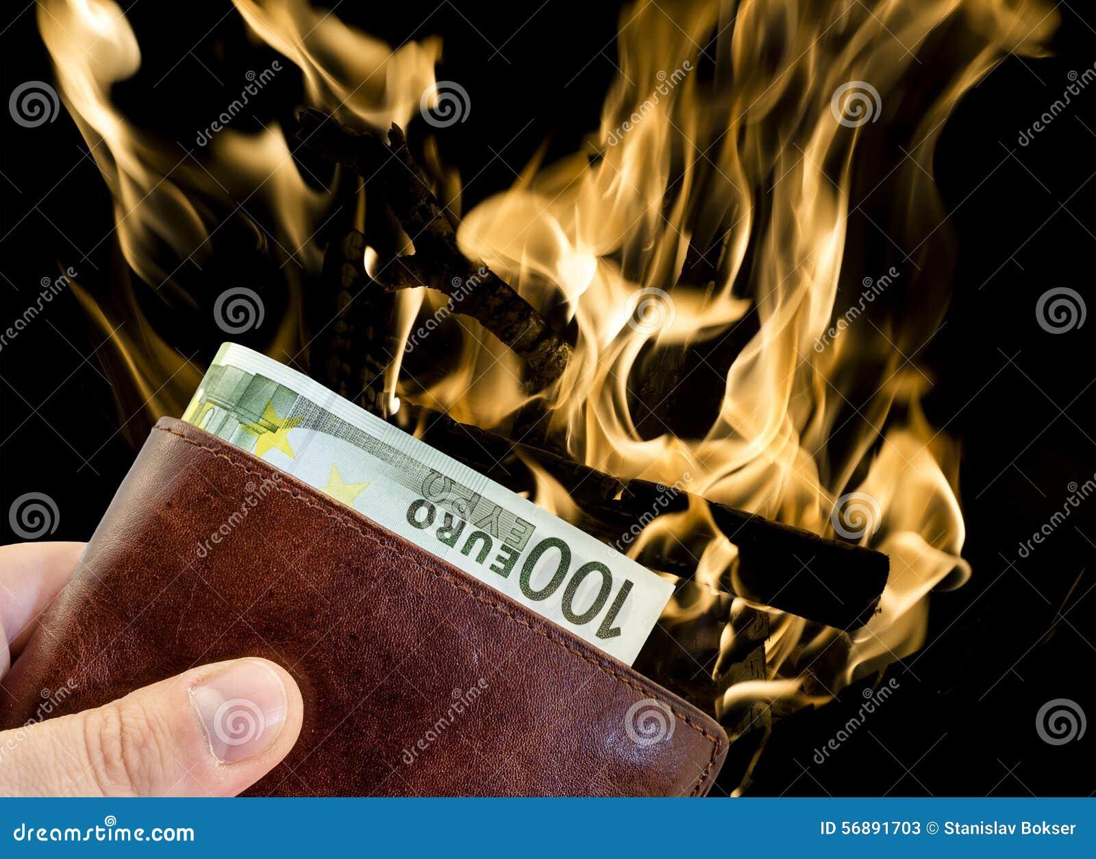 Dando dono dal portafoglio di cuoio marrone con cento euro con fuoco bruciante isolato