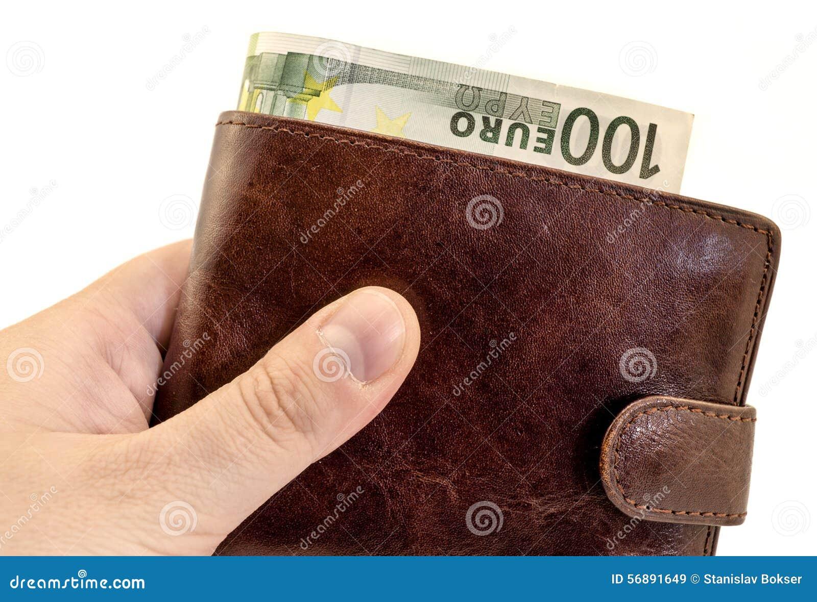 Dando dono dal portafoglio di cuoio marrone con cento euro filtrati