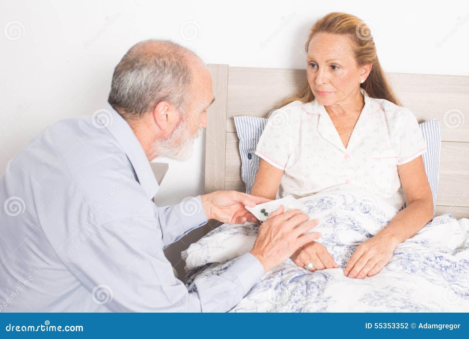 Dando farmaco ad una donna anziana