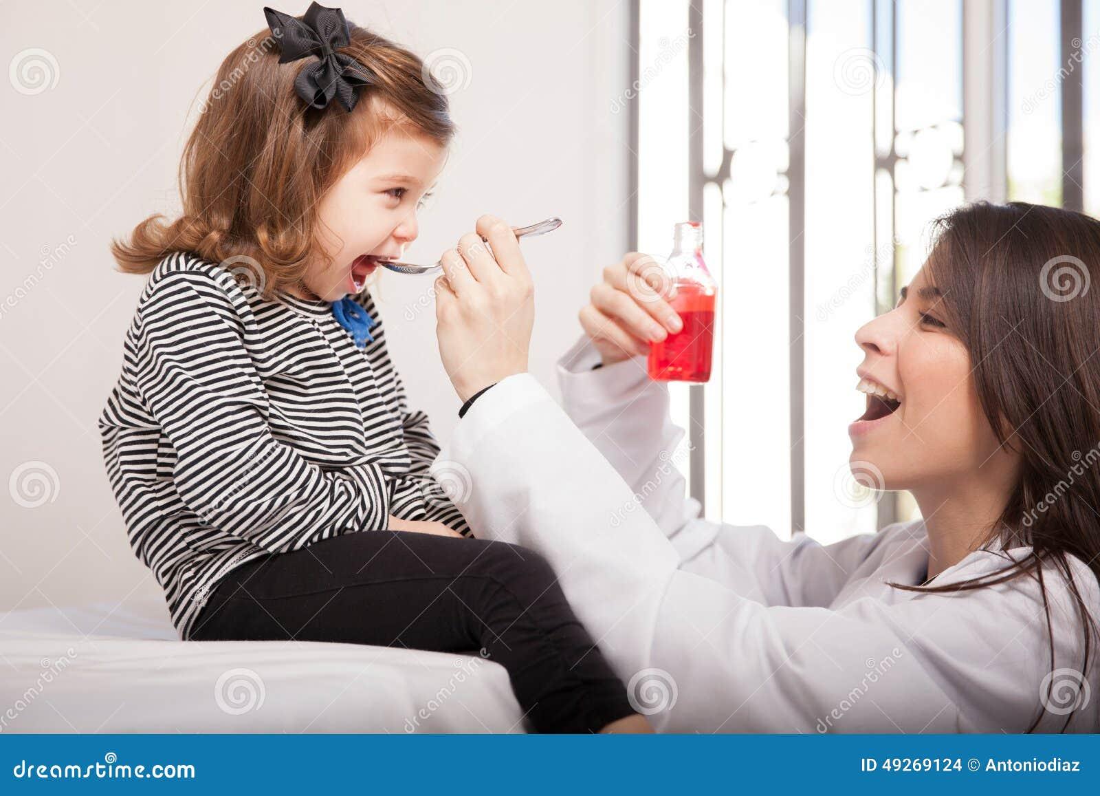 Dando lo sciroppo di tosse ad una ragazza