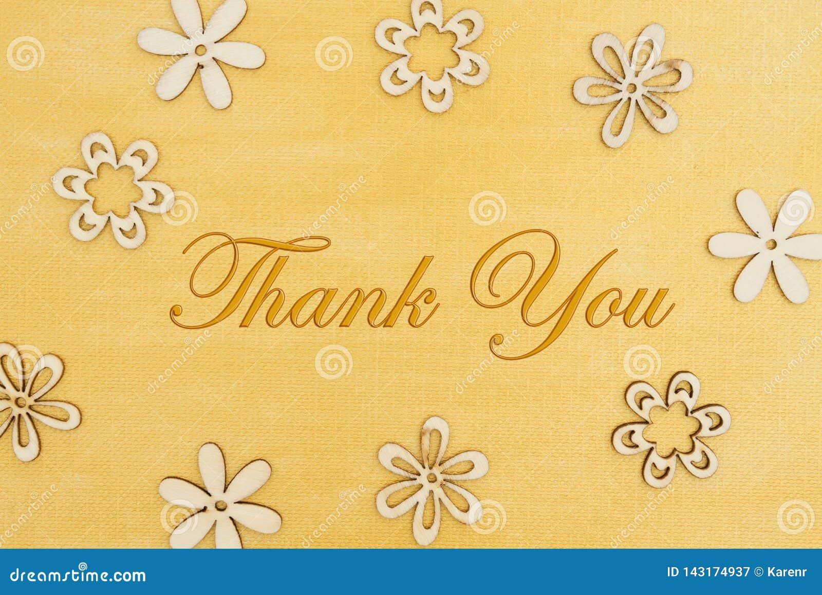 Dank u bericht met houten bloembloemblaadjes op hand schilderde verontrust goud