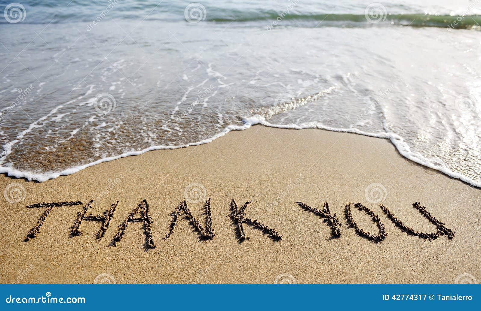 Danke abzufassen gezeichnet auf den Strandsand