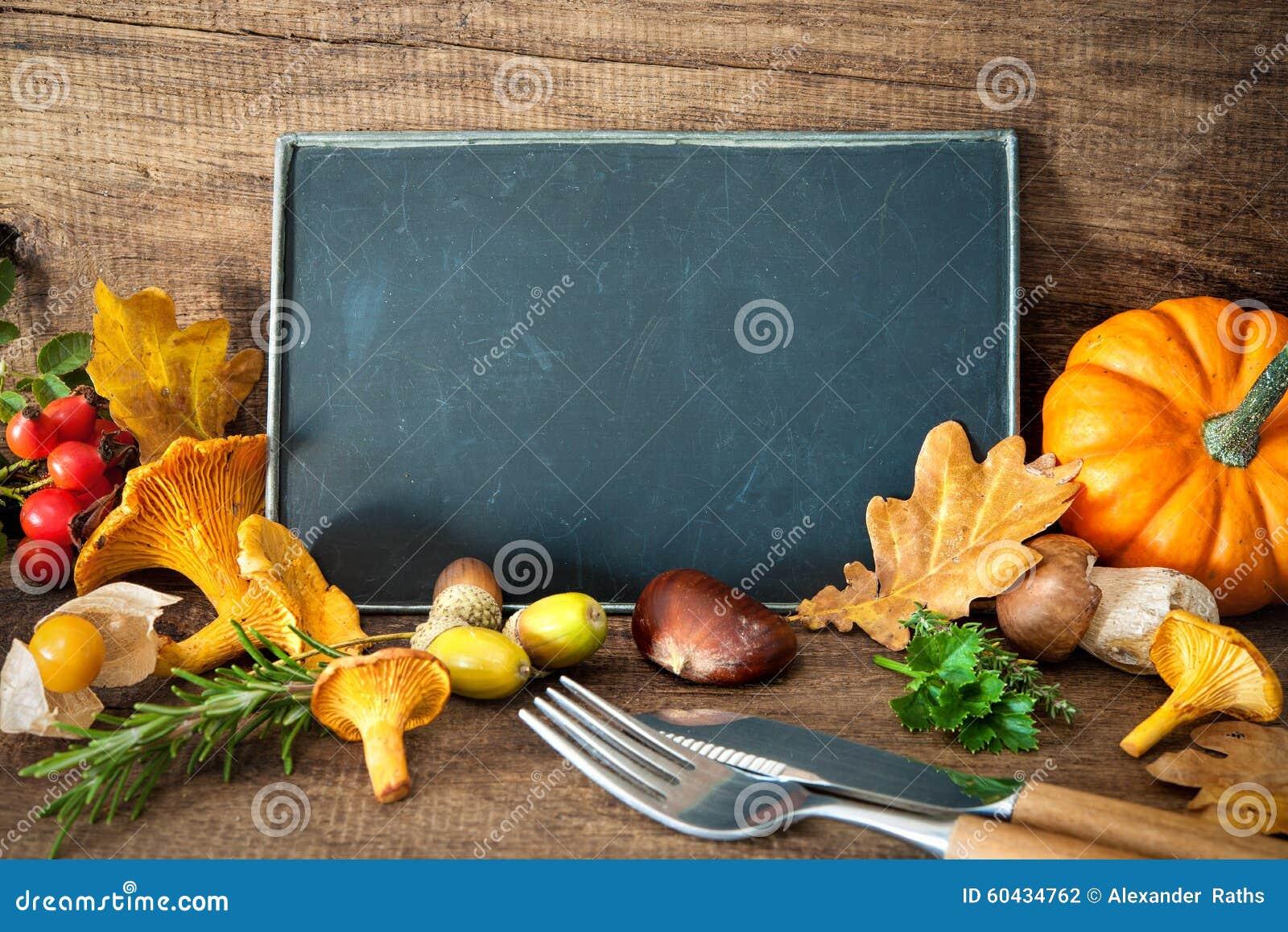 Danksagungsstillleben mit Pilzen, Saisonfrucht und veget