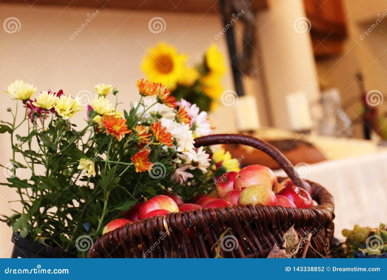 Dankzegging: Vruchten en bloemen voor een altaar