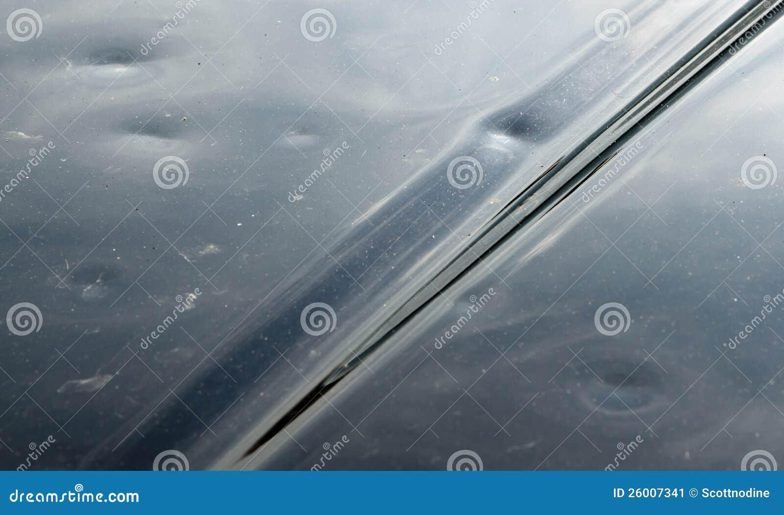 Danno della grandine sul cappuccio nero dell automobile