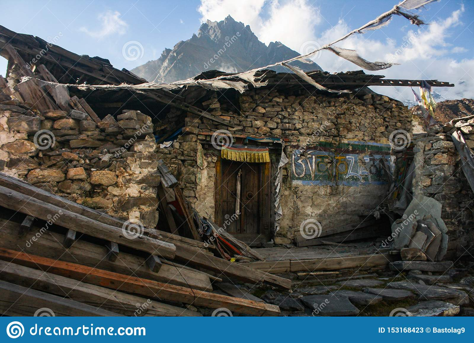 Dano de Kyanjin Gompa pelo terremoto 2015