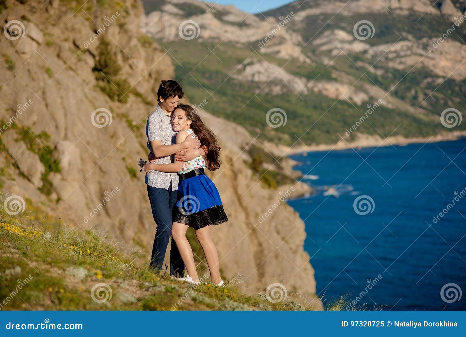 Dans l amusement de baiser de bonheur de coupleCouple d amour Jeunes couples interraciaux embrassant rire la datte caucasien