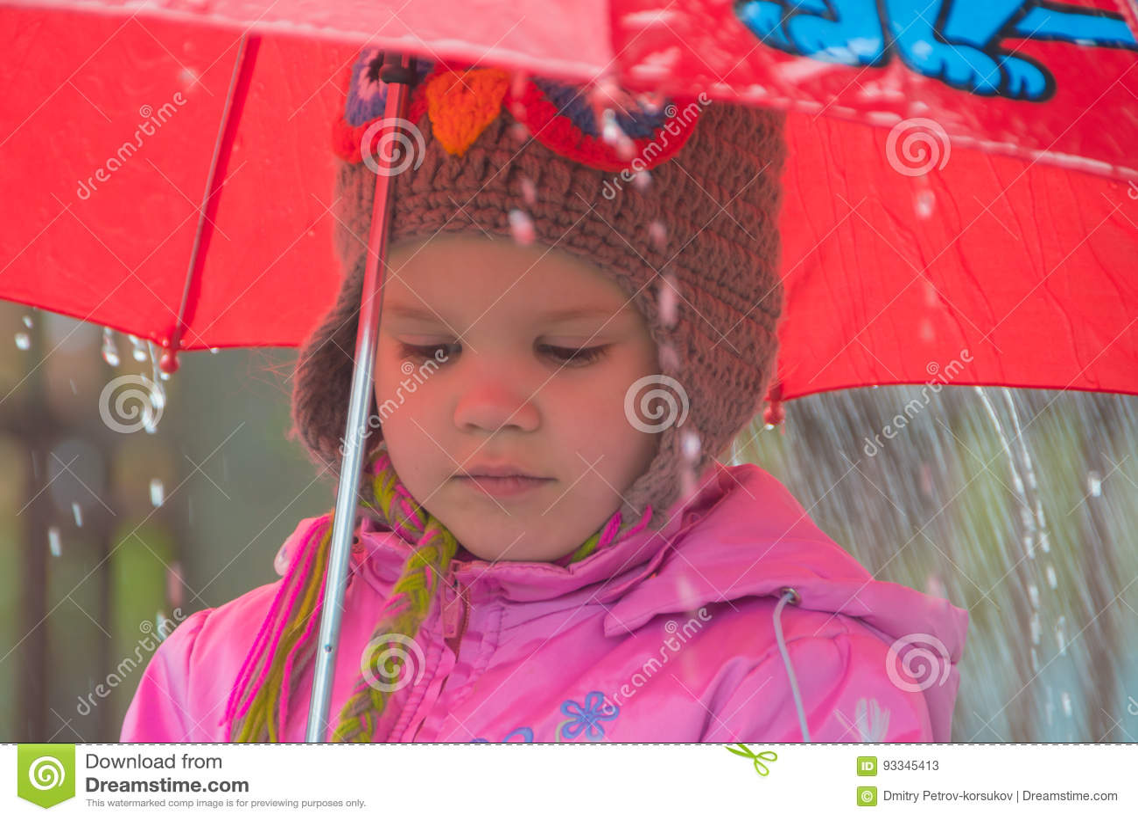 Dans l enfant triste de pluie avec un parapluie