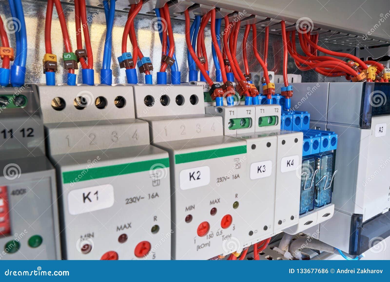 Dans le Cabinet électrique du dispositif avec l ajustement, le relais et le contrôleur