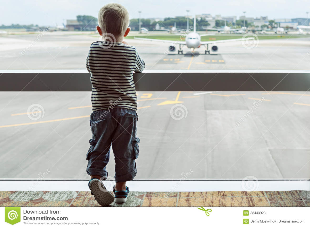 Dans le hall d 39 a roport l 39 enfant regarde l 39 avion par la for Regarder par la fenetre