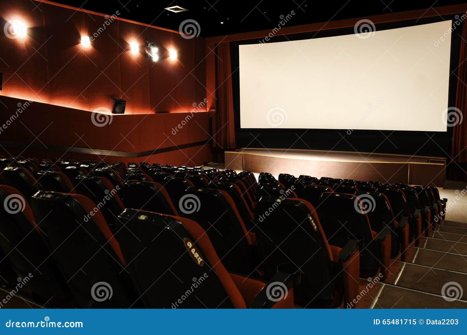Dans le hall de cinéma