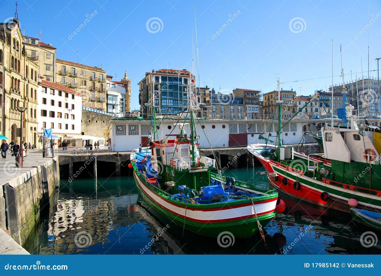 Dans le port de san sebastian photo stock image 17985142 - Office de tourisme san sebastian espagne ...