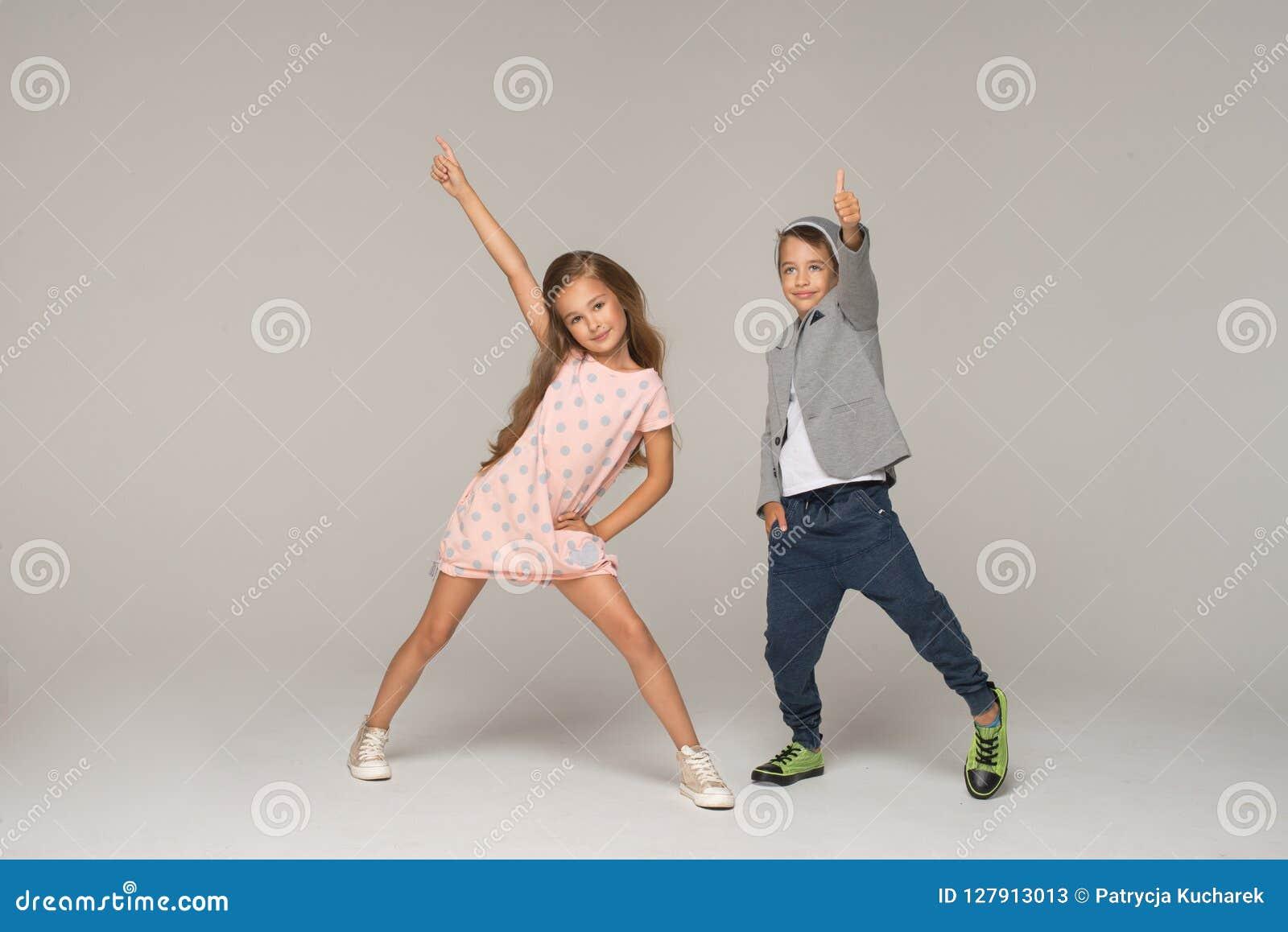 Dansa lyckliga ungar
