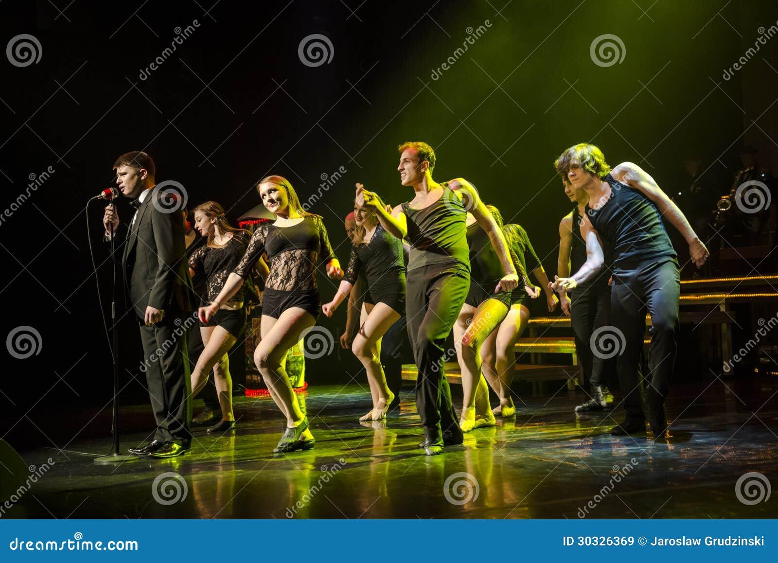 Dansare av Caro Dance Theatre utför på etapp