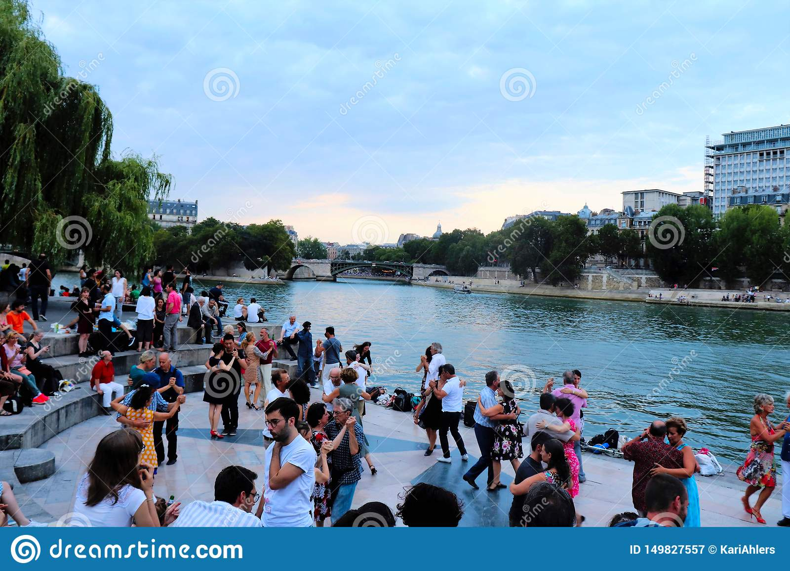 Dansare längs Seinen i Paris