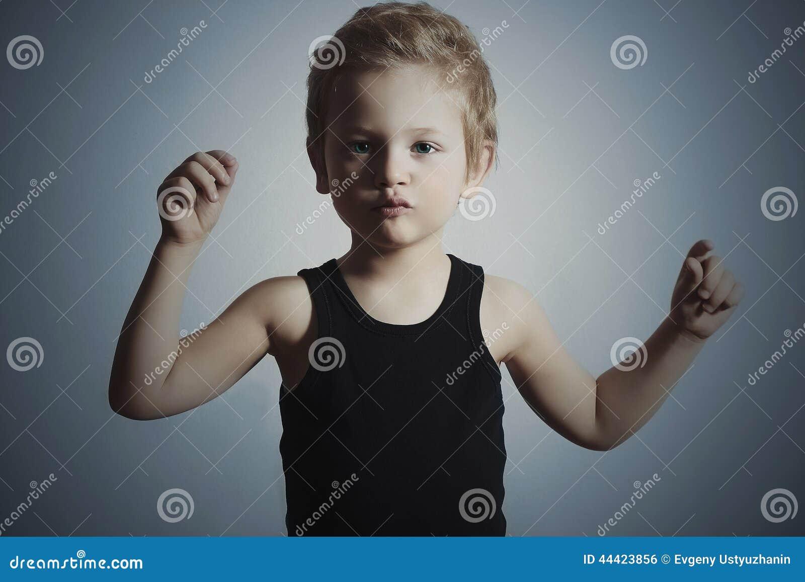 Dansbarn rolig pojke little Stiligt pojkeförsök att dansa background card congratulation invitation