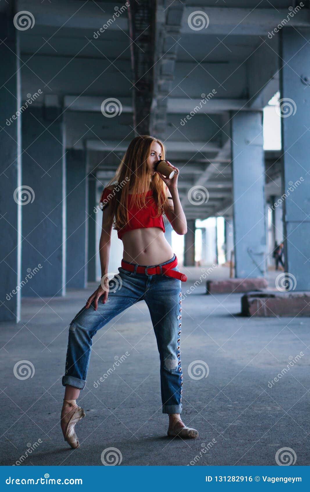Danse de ballerine avec la tasse de café Représentation de rue
