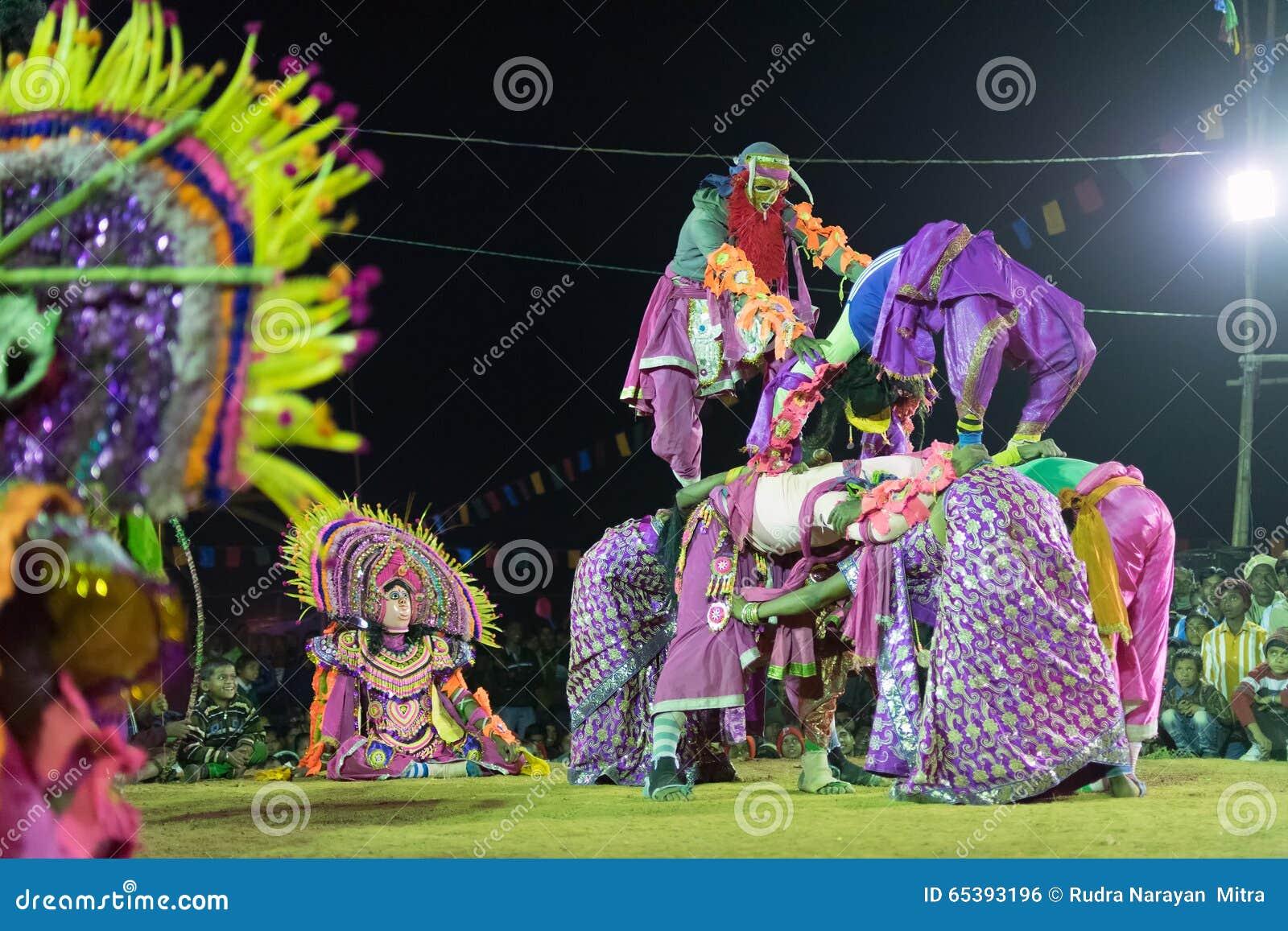 Danse de Chhau, danse martiale tribale indienne la nuit dans le village