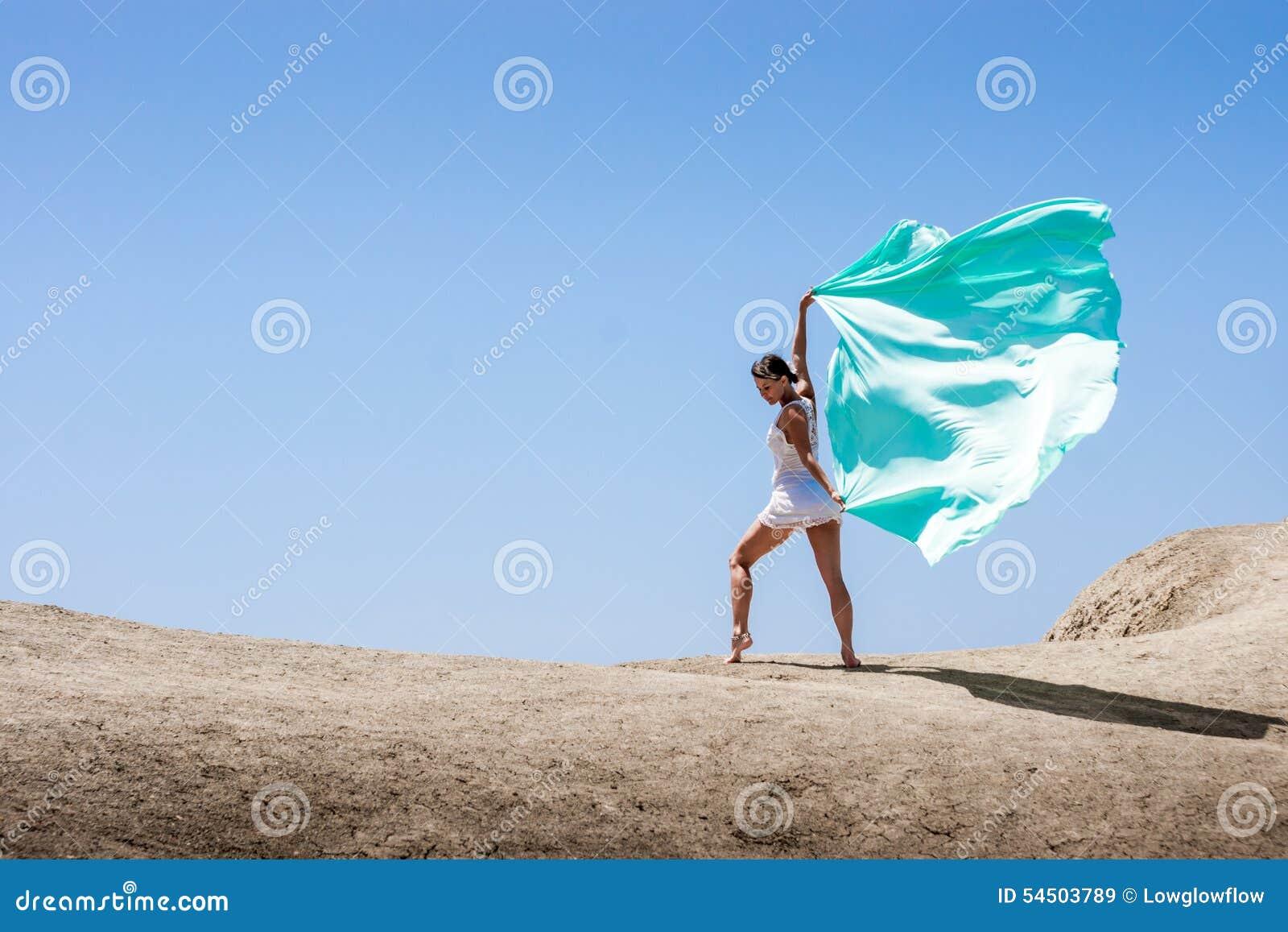 Danse de fille dans le vent