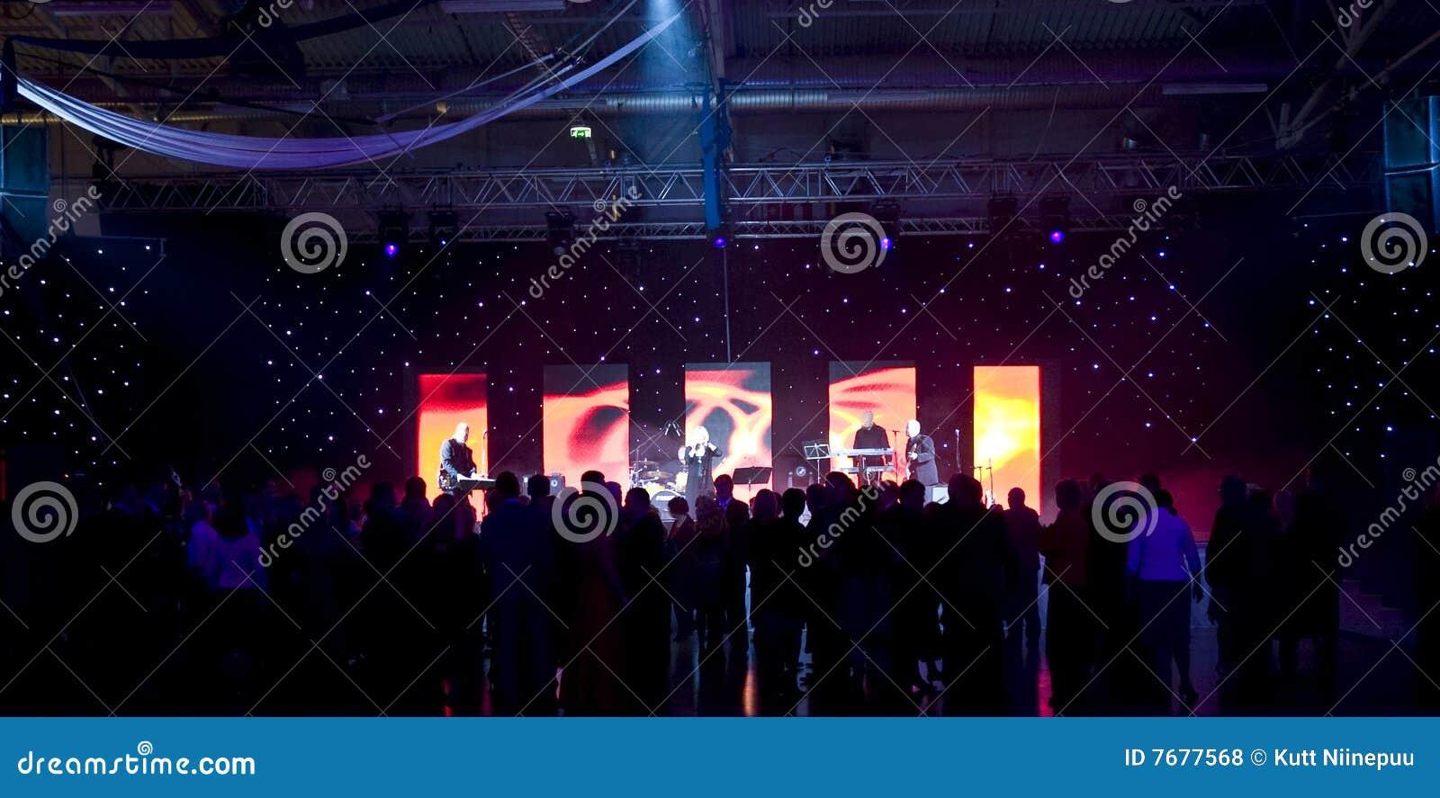 Danse de gens à la réception