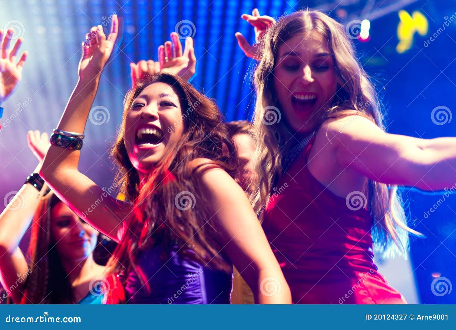Danse de gens de réception dans la disco ou le club