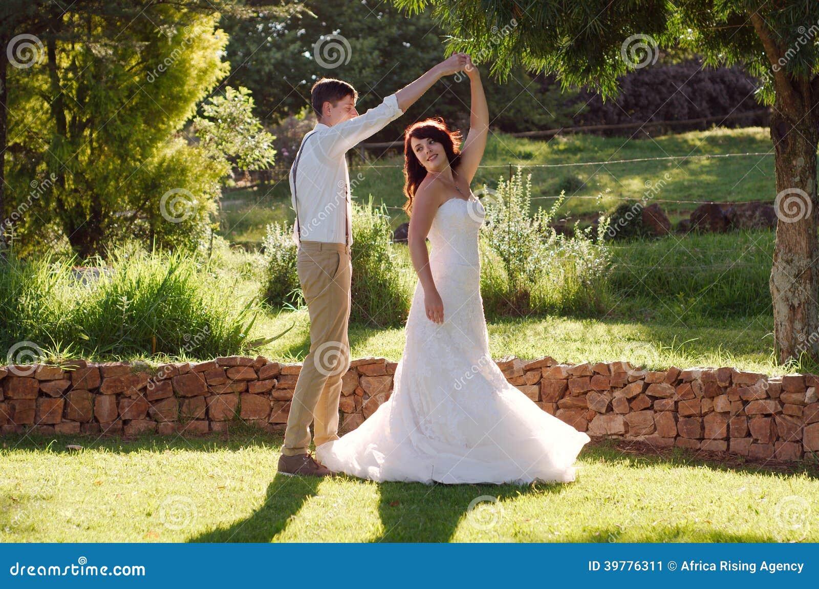 Danse de jeunes mari s dans le mariage de jardin image for Bodas en jardin en monterrey