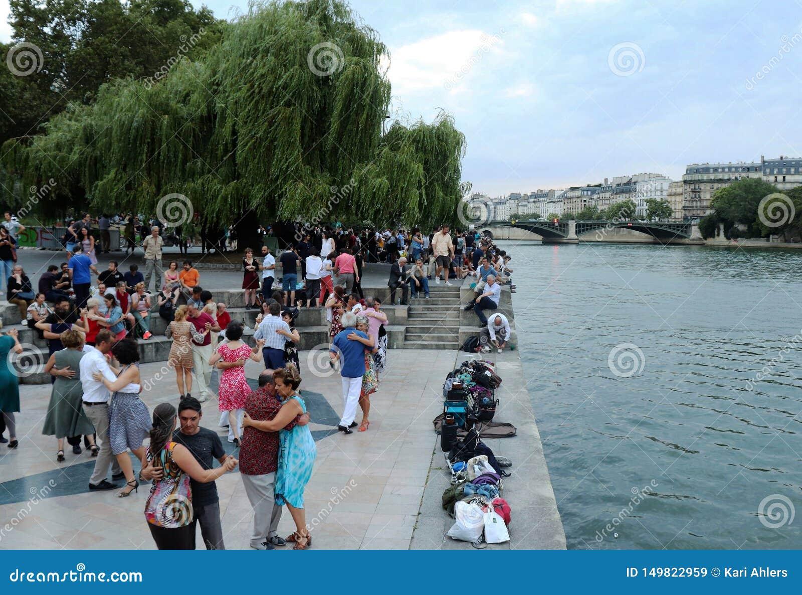 Danse de personnes à côté de la rivière