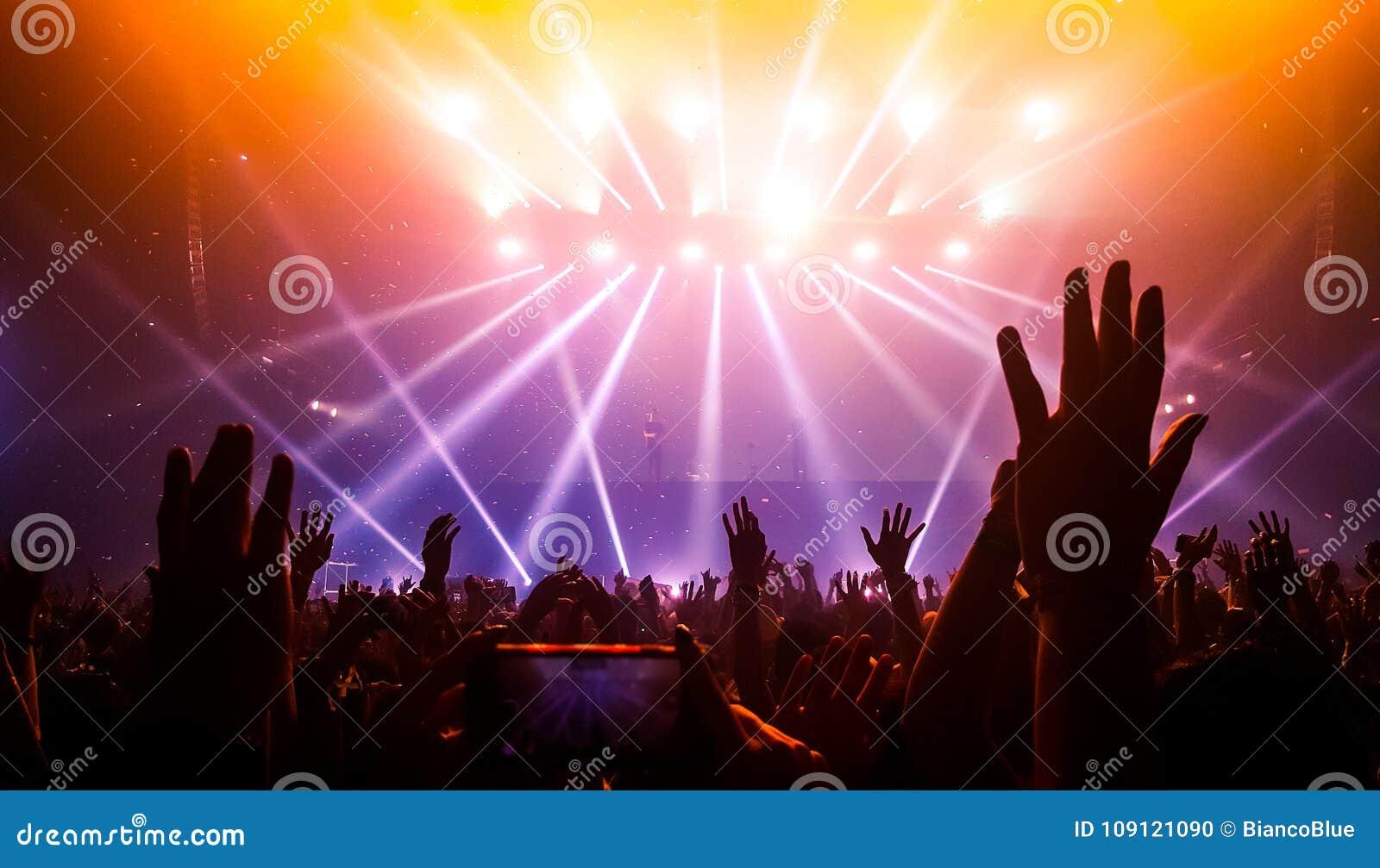 Danse heureuse de personnes dans le concert de partie de boîte de nuit