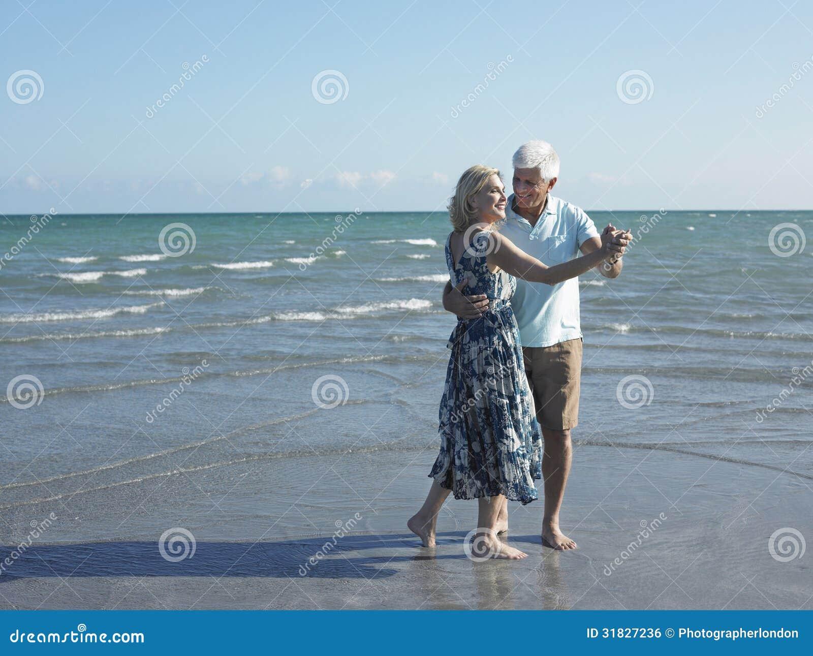 Danse supérieure de couples sur la plage tropicale