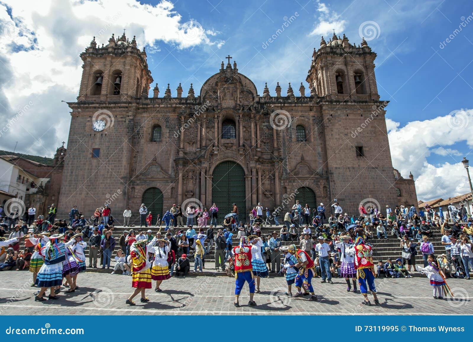 Dansen de kleurrijk geklede uitvoerders onderaan een Cusco-straat tijdens de Meidagparade in Peru