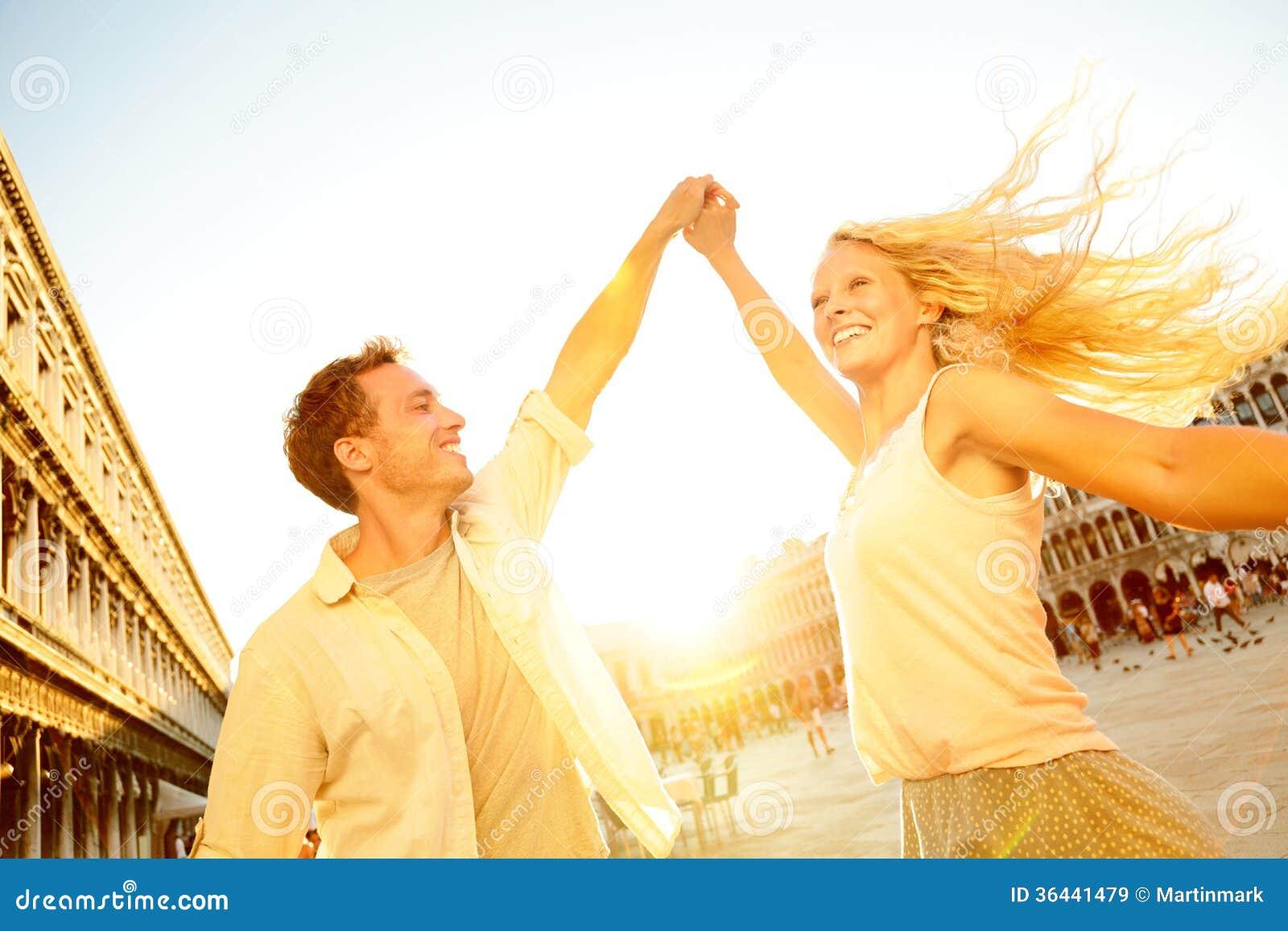 Dansend romantisch paar in liefde in Venetië, Italië