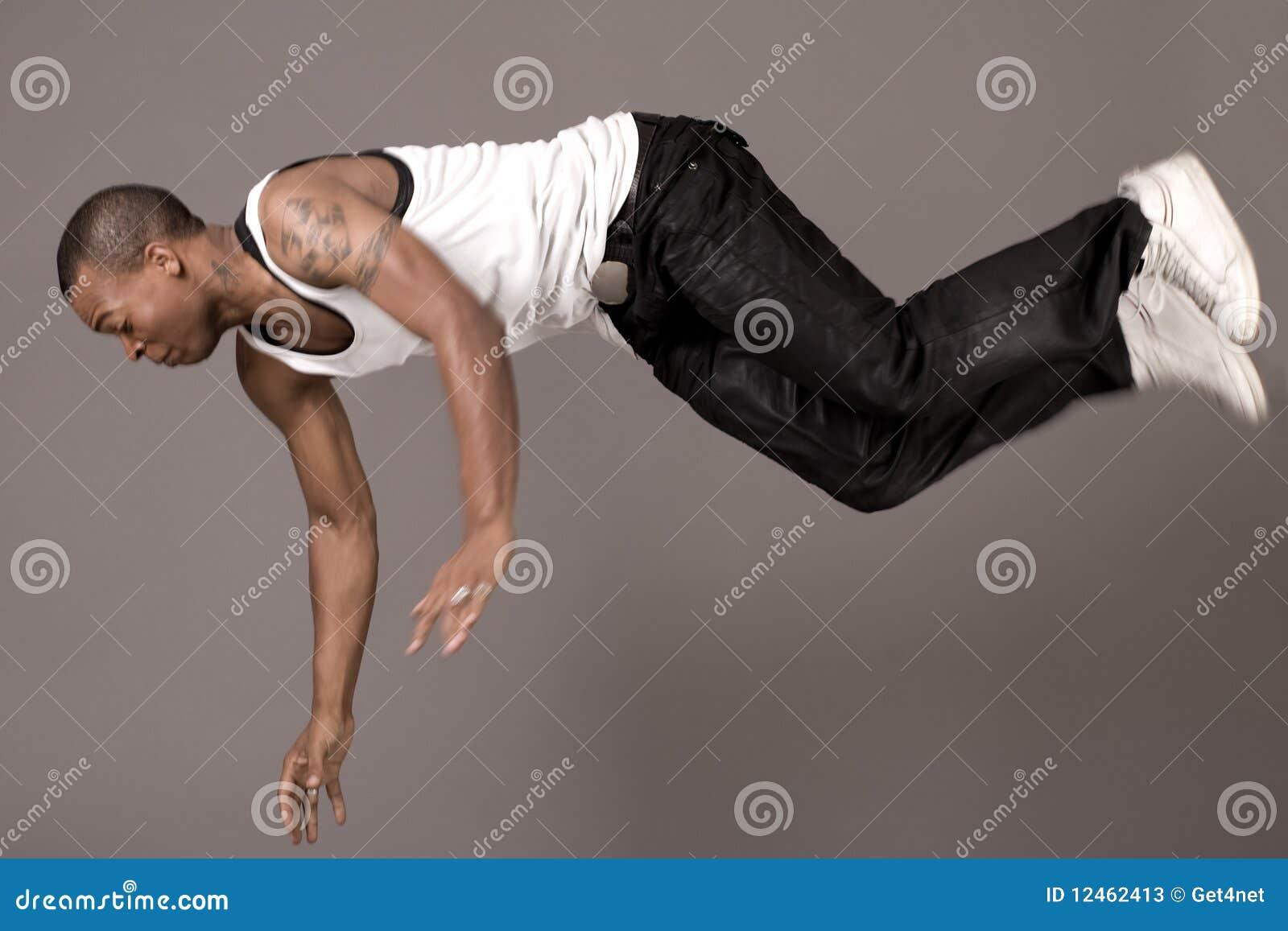 Danser die aan de vloer springt