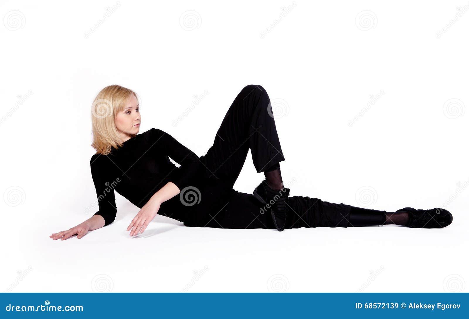 Danser in zwarte kleren