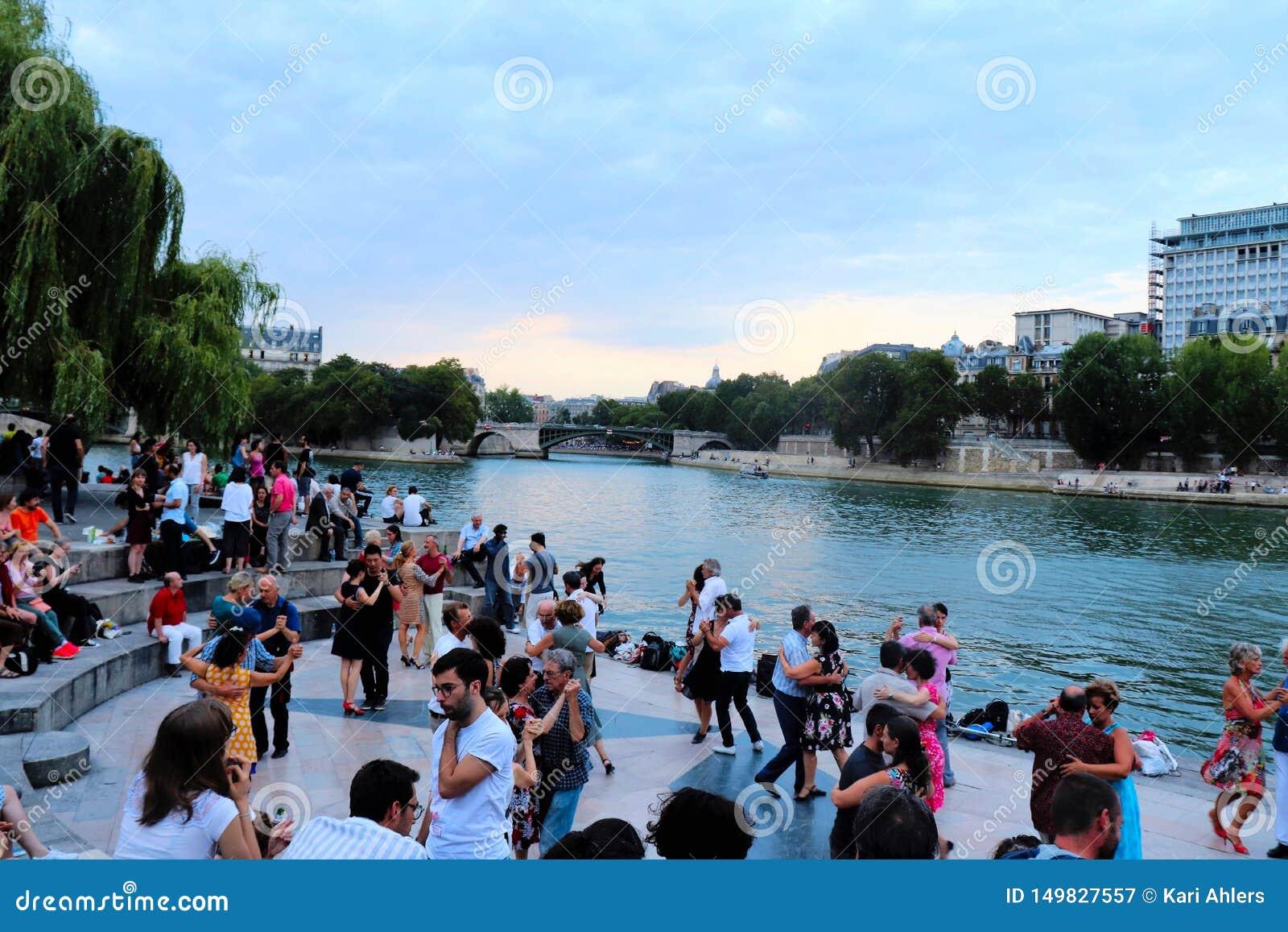 Dansers langs de Zegen in Parijs