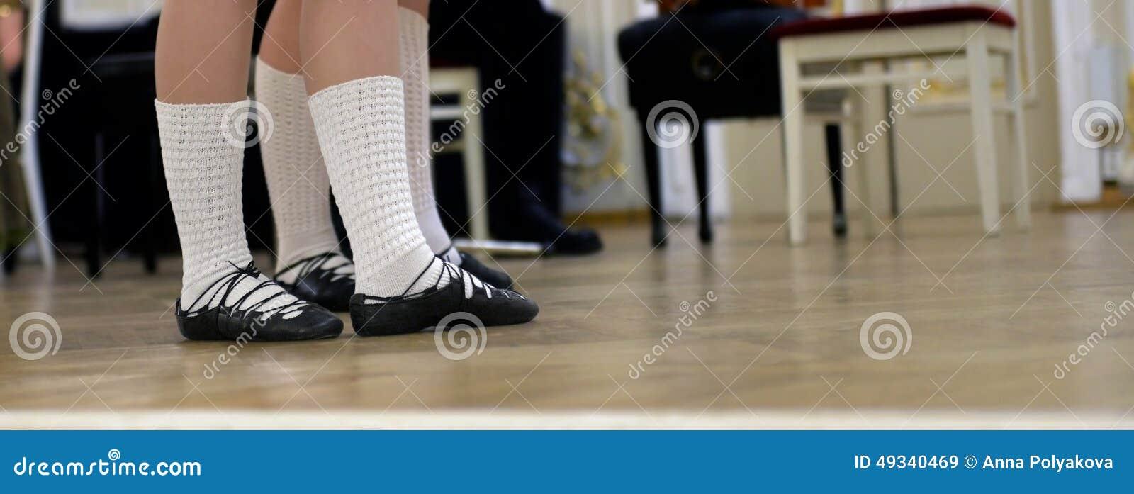 Dansersvoeten in schoenen voor Keltische dans worden geschoeid die