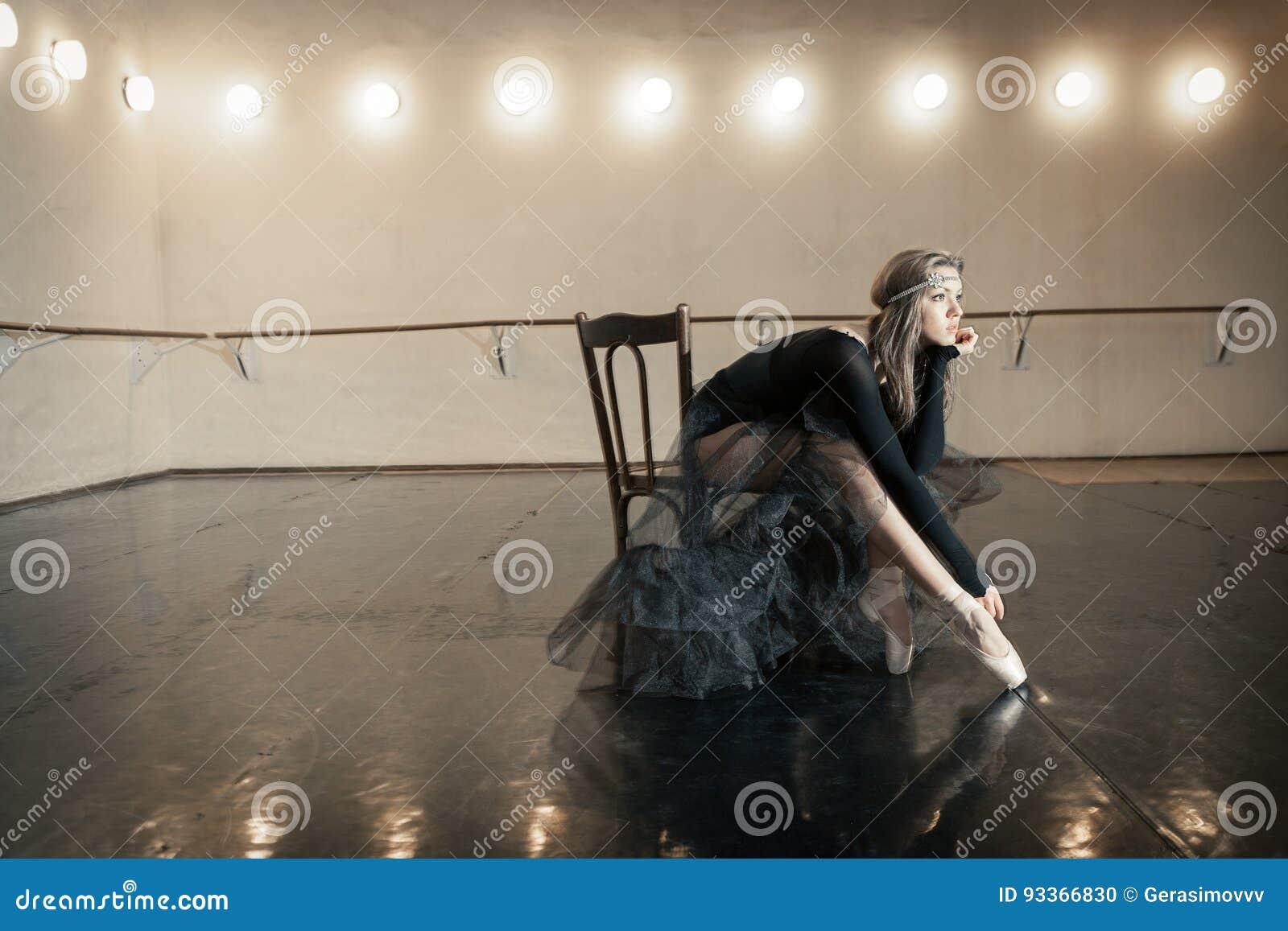 Danseur classique contemporain sur une chaise en bois sur une répétition