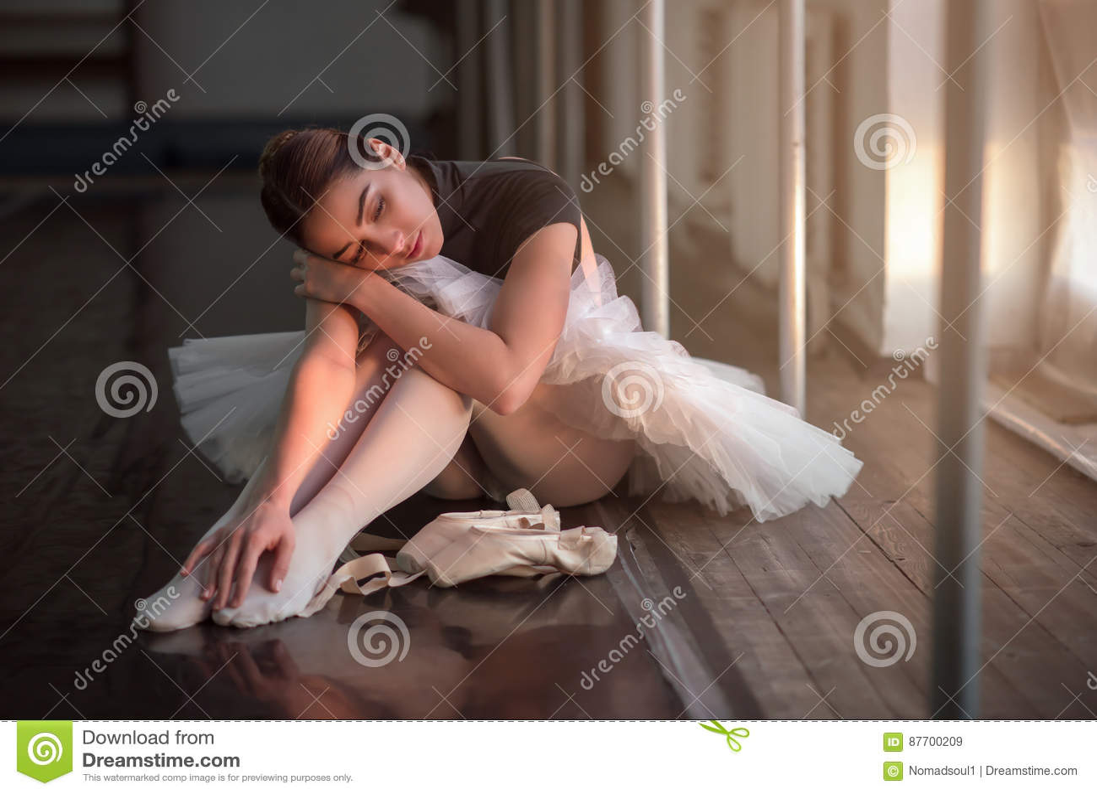 Danseur classique s asseyant sur le plancher après répétition