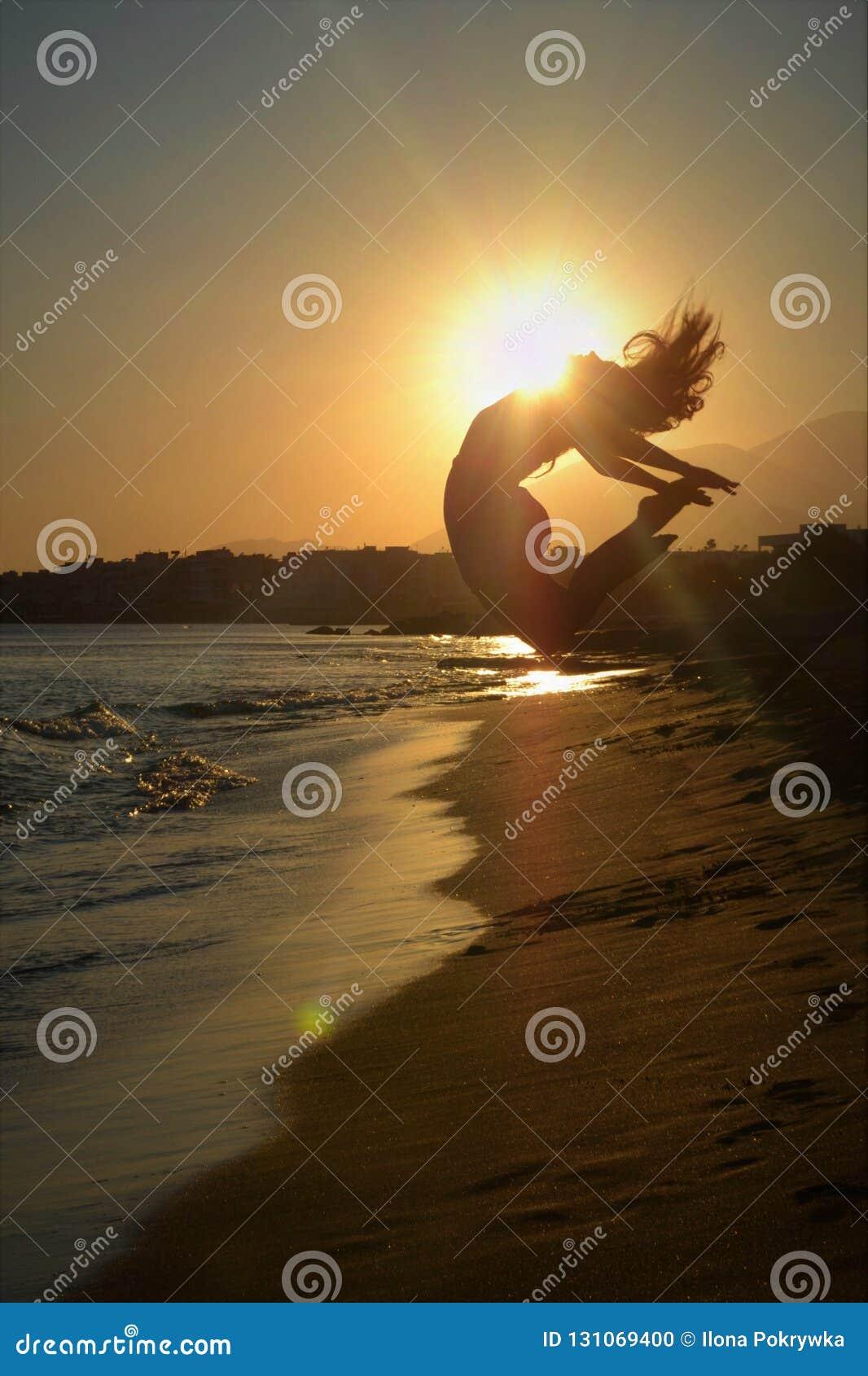 Danseur dans la plage au coucher du soleil