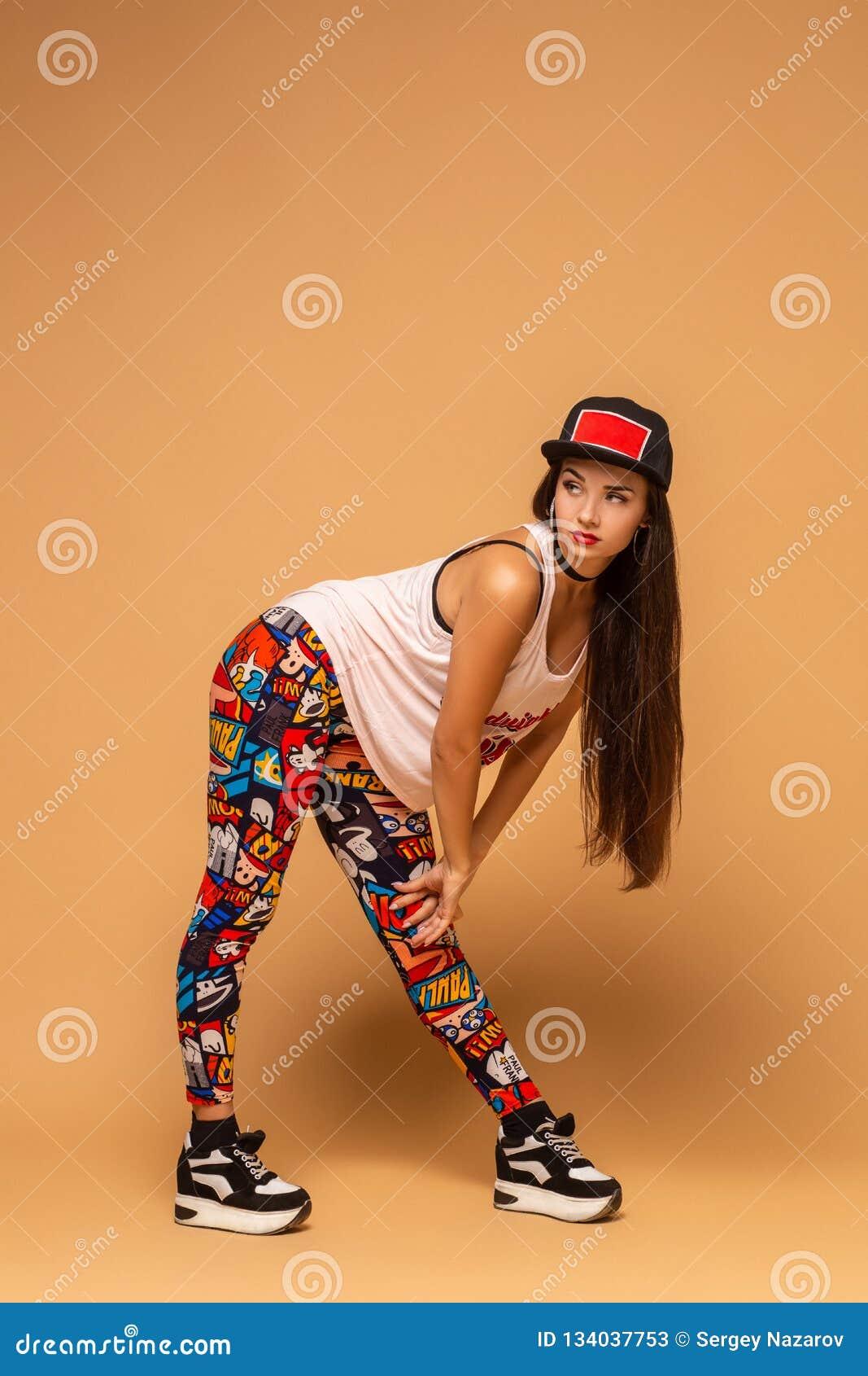 Danseur moderne de type posant sur le fond de studio Houblon de hanche, trouille de jazz, dancehall
