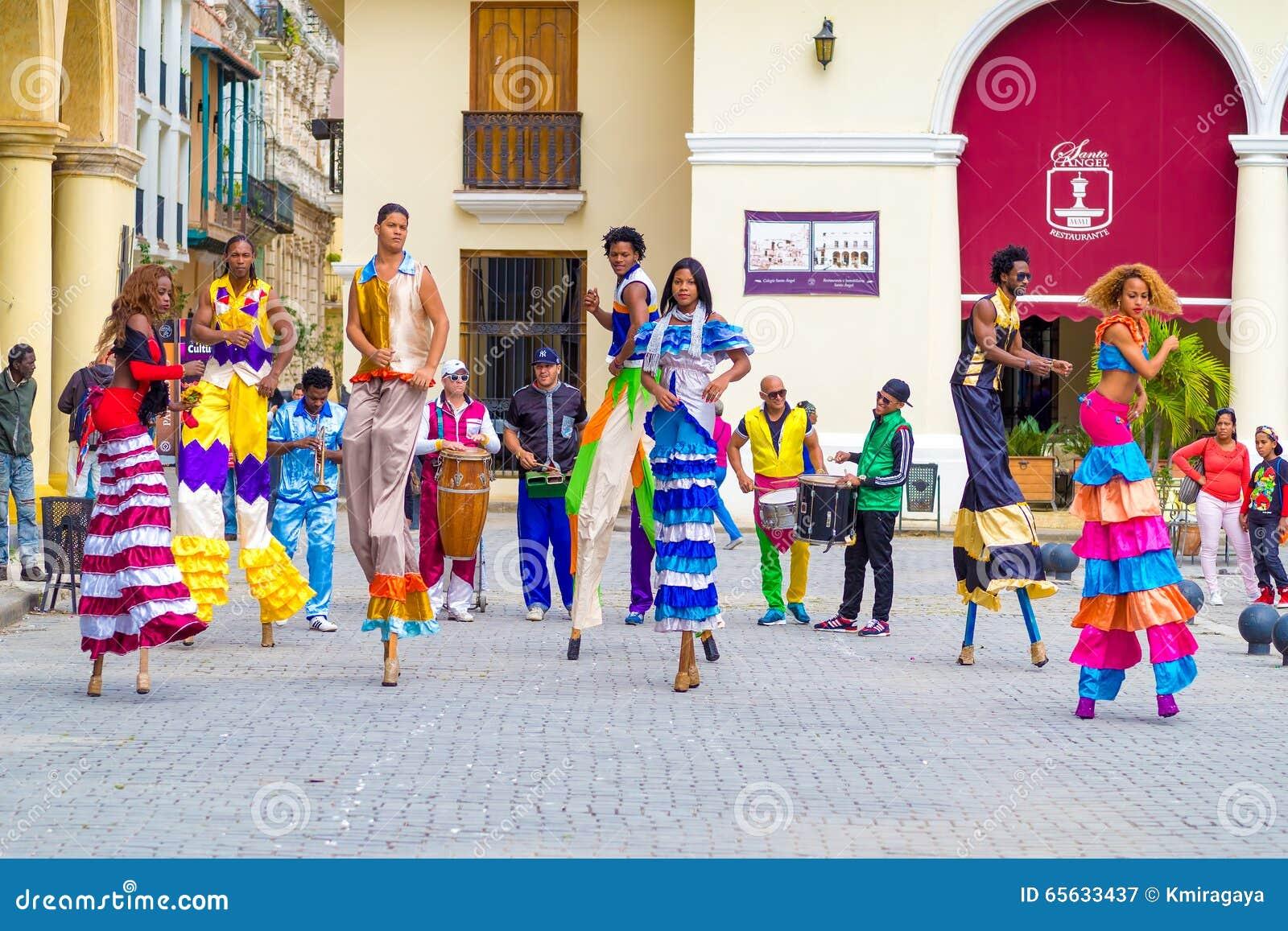 Danseurs colorés de rue sur des échasses à vieille La Havane