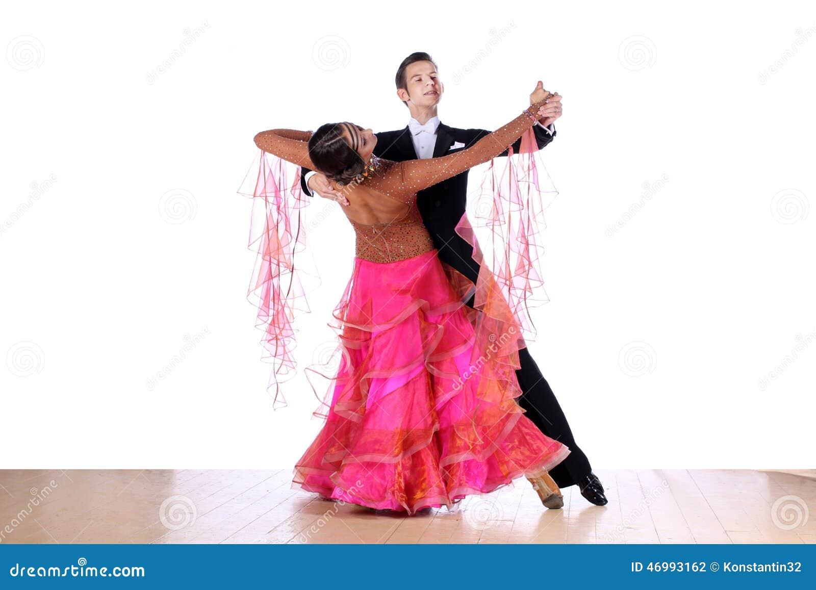 Danseurs dans la salle de bal d isolement sur le fond blanc