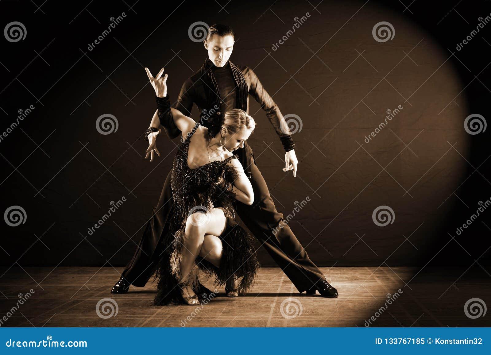 Danseurs dans la salle de bal sur le noir