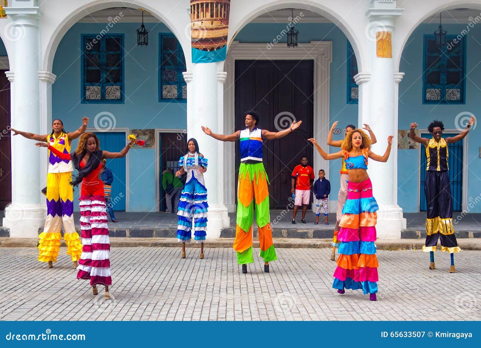 Danseurs de rue sur des échasses à vieille La Havane