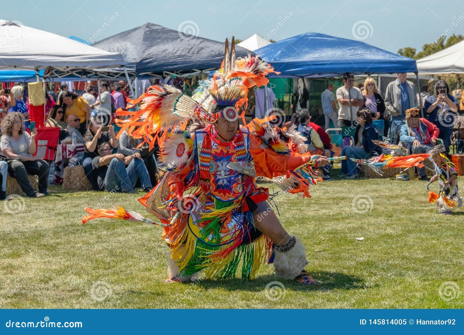 Danseurs masculins de natif am?ricain au Prisonnier de guerre-wow dans Malibu, la Californie
