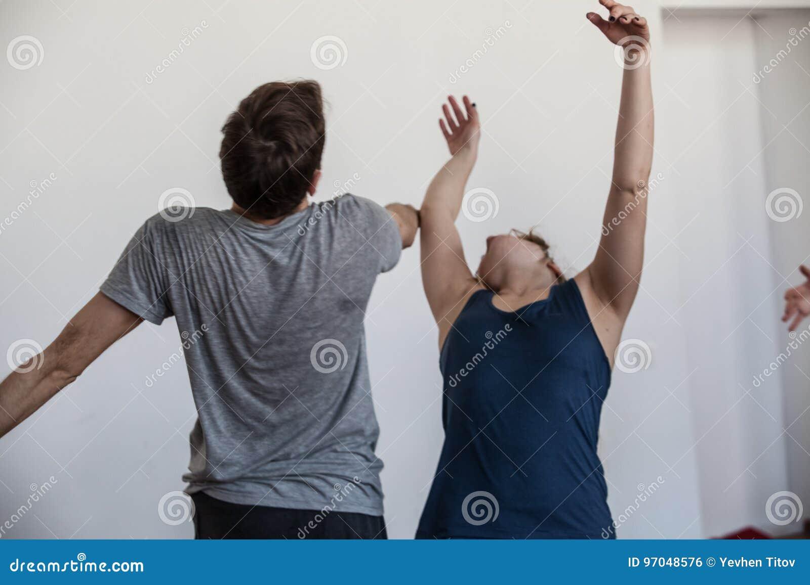 Danshanddancers improviseren op het contact van jamdansers