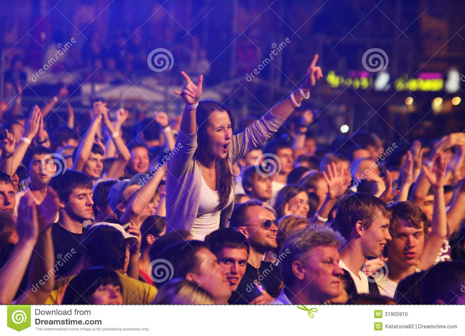 Ventajas de ser mujer vs ventajas de ser hombre Danza-de-la-gente-durante-concierto-de-rock-31905910