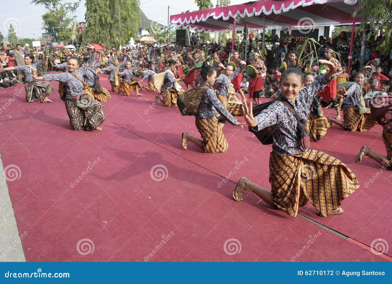 Danza de los centenares efectuada en Sukoharjo